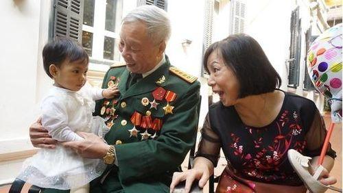 Xúc động hành trình 10 năm đi 'tìm con' của cặp vợ chồng đại tá U70