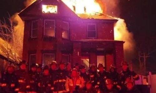 Lính cứu hỏa bị 'điều tra' vì chụp ảnh mừng năm mới trước nhà cháy