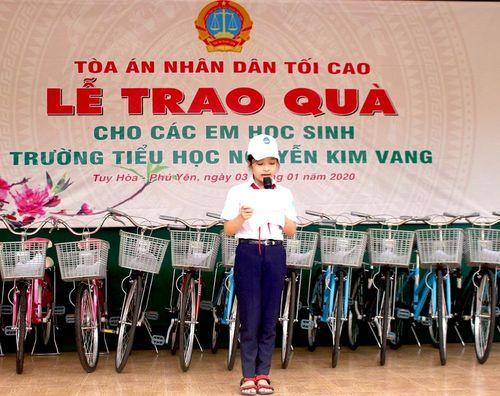Chánh án TANDTC Nguyễn Hòa Bình trao tặng xe đạp cho học sinh nghèo ở Phú Yên