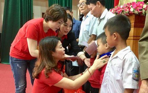 Hà Tĩnh: Trao 300 suất quà 'Tết vì người nghèo'