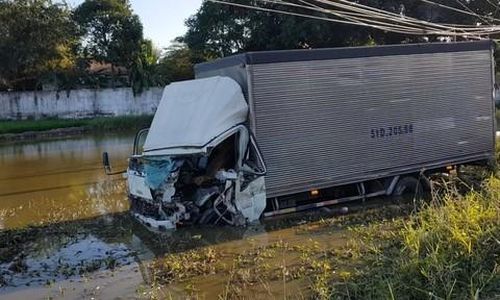 Xe ben va chạm xe tải, người mắc kẹt còn xe xuống ruộng