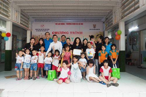 Lãnh sự quán Nam Phi tặng quà Tết cho trẻ em mồ côi, khuyết tật