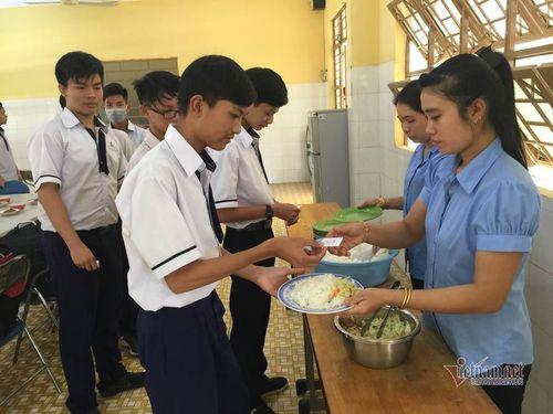 Bữa cơm tình thương ở một trường cấp 3