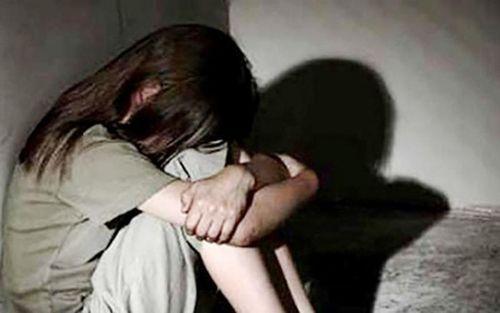 Bắt giữ gã làm thuê giở trò đồi bại với bé gái 6 tuổi sau khi cho mượn điện thoại