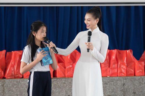 Trần Huyền Nhung nhân ái, thân thiện giao lưu với các em học sinh.