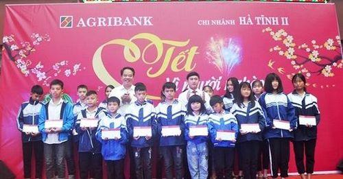 Agribank chi nhánh Hà Tĩnh II trao quà tết cho người nghèo