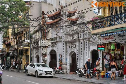 Khám phá ngôi chùa huyền bí linh thiêng nhất phố cổ HN ngày Tết