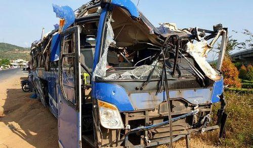 Xe khách lao xuống ruộng đúng tối mùng 1 Tết, 17 người bị thương