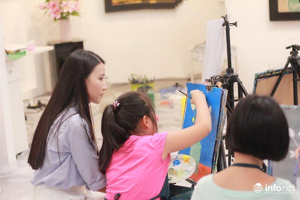 Chuyện chưa kể về nữ giảng viên dạy vẽ miễn phí cho trẻ tự kỷ