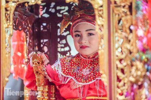 Sợ bị cướp tại hội Gióng, an ninh bảo vệ 'Tướng bà' 10 tuổi
