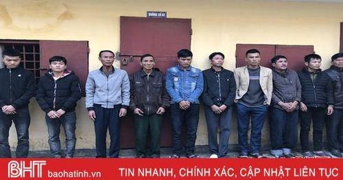 10 con bạc 'xóc đĩa' ngớ người khi bị bắt ở vùng ven đô Hà Tĩnh
