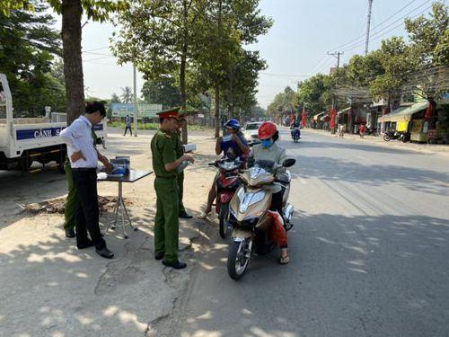 TP Biên Hòa: Công an phường An Bình phát hàng nghìn khẩu trang miễn phí cho người dân