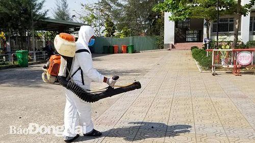 Phun xịt thuốc khử khuẩn tại các trường học trong tỉnh