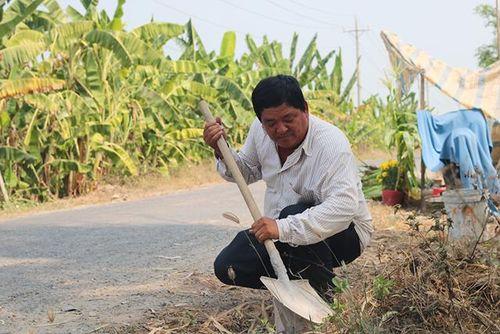 Người nông dân tâm huyết tự nguyện sửa đường giao thông