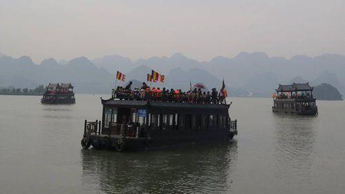 Tàu chở khách ở khu du lịch Tam Chúc vô tư chở quá tải