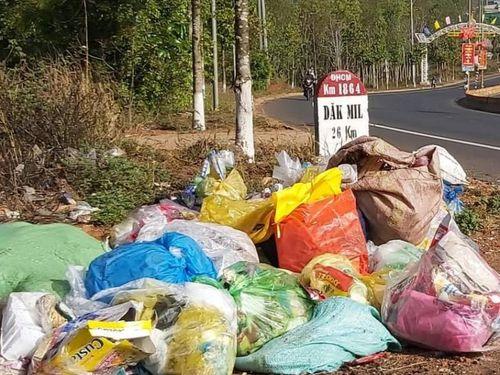 Đắk Nông: Sau Tết, rác thải tràn ra Quốc lộ