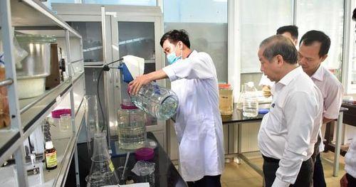 Lo cho cộng đồng, thầy và trò cùng điều chế hàng trăm lít nước rửa tay diệt khuẩn phát tặng mỗi ngày