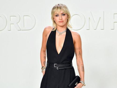 Miley Cyrus và dàn sao Hollywood đua nhau diện đồ khoe ngực sexy