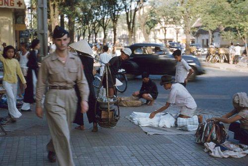 Loạt ảnh cực sống động về vỉa hè Sài Gòn năm 1954