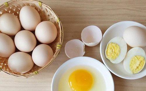 Trứng gà chỉ cần lướt qua 5 giây biết ngay đâu là trứng sạch, tươi ngon, đâu là trứng hỏng ấp dở
