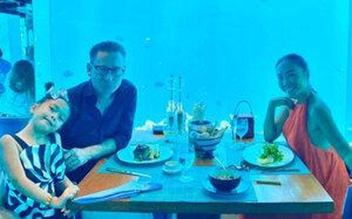 Đoan Trang đưa cả gia đình đến Maldives mừng tuổi 50 của ông xã ngoại quốc