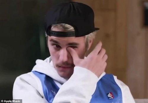 Justin Bieber khóc khi phỏng vấn