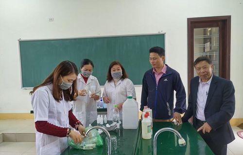 Thầy cô giáo trường Hướng Hóa pha sẵn nước rửa tay khô chờ học sinh đến trường