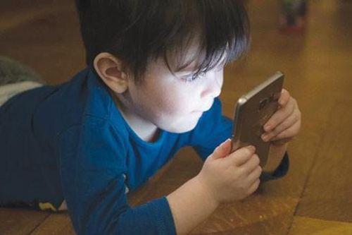 Mối nguy hại tiềm ẩn của điện thoại di động với sức khỏe trẻ em