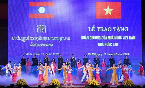Trao tặng Huân chương cho tập thể, cá nhân Quân đội hai nước Việt - Lào