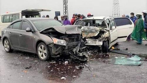 Tai nạn nghiêm trọng với xe ôtô chở nhà sư, 6 người bị thương nặng