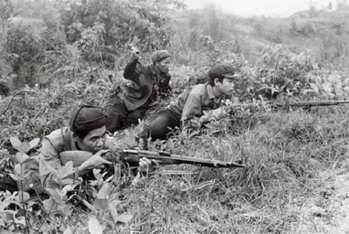 Dân quân Việt Nam dùng vũ khí từ thế chiến hai để bảo vệ biên giới năm 1979