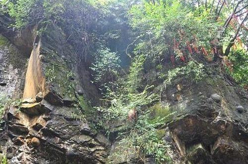 Vách đá bí ẩn 'đẻ trứng' và ý nghĩa tâm linh của người dân sống quanh khu vực