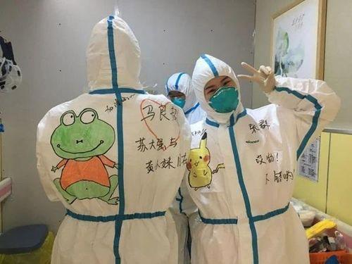 Y tá Vũ Hán vẽ tranh lên trang phục động viên bệnh nhi