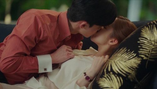 Nụ hôn nóng bỏng của Park Seo Joon cùng dàn người tình màn ảnh