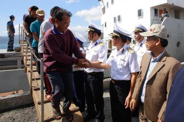 Tàu Hải quân đưa 33 ngư dân Quảng Nam gặp nạn trên biển về bờ an toàn