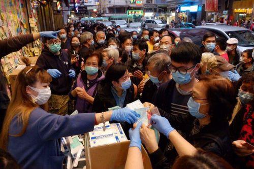 Dân nghèo Hong Kong chật vật, trốn trong nhà vì thiếu khẩu trang