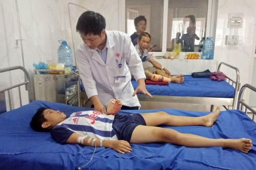 Đăk Lăk: Bé trai bị dập nát bàn tay vì sử dụng điện thoại khi đang sạc pin