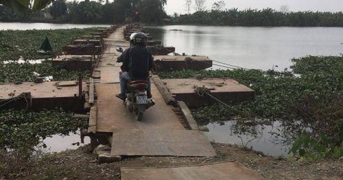 Chòng chành qua cầu phao ở Hải Dương, người dân nơm nớp sợ rơi xuống sông
