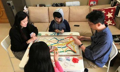 Cha mẹ châu Á trong 'cuộc chiến' mới do trường học đóng cửa vì Covid-19