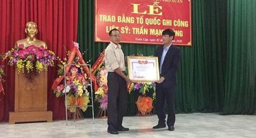 Trao Bằng Tổ quốc ghi công cho thân nhân liệt sĩ Trần Mạnh Tùng
