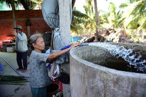 Nhịn ăn dành tiền mua nước ngọt trong cơn hạn mặn ở miền Tây