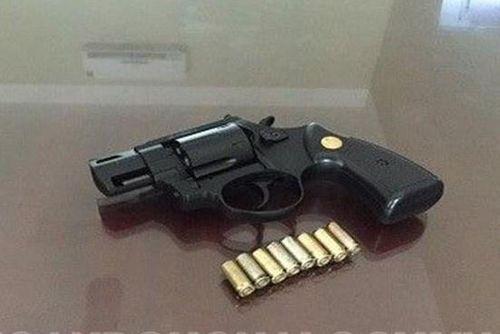 Gã thanh niên nổ súng bắn tài xế ô tô trong lúc truy sát đối thủ