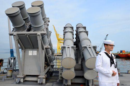 Những khí tài trên boong tuần dương hạm Mỹ cập cảng ở Đà Nẵng