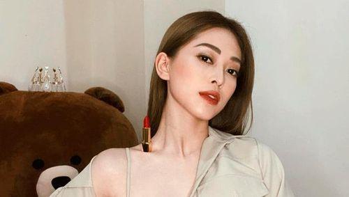 Người đẹp Việt đua trend đặt son lên xương quai xanh khoe vai
