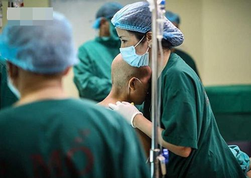Tâm sự gửi con trai 'dậy sóng' facebook của nữ bác sĩ phẫu thuật mắt