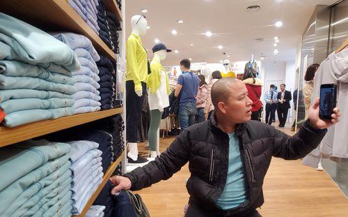 Hàng trăm khách đeo khẩu trang xếp hàng chờ mua sắm ở cửa hàng Uniqlo đầu tiên tại Hà Nội