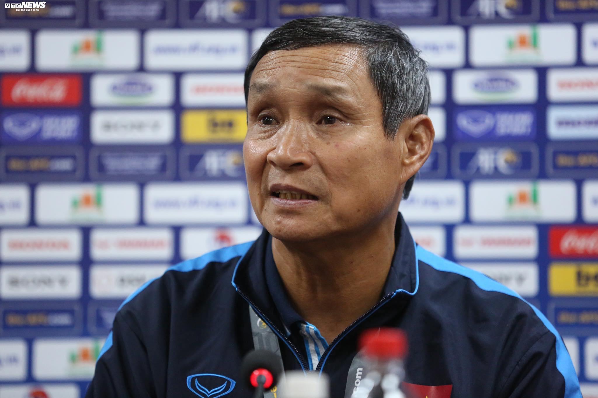 HLV Mai Đức Chung chỉ cách giúp tuyển nữ Việt Nam chơi xuất thần trước Australia
