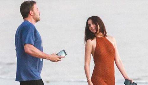 Ben Affleck ôm hôn bạn gái kém 16 tuổi trên biển