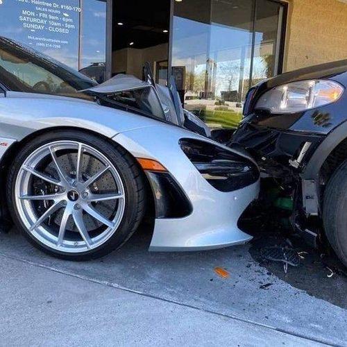 Hi hữu: Đỗ trên vỉa hè, siêu xe McLaren 720S bị nghiền nát