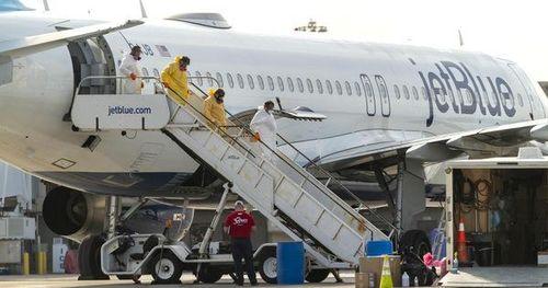 Máy bay hạ cánh mới thông báo mình bị mắc Covid-19